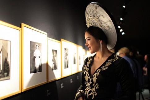 Lý Nhã Kỳ mặc cầu kỳ khi tới triển lãm thời trang Paris