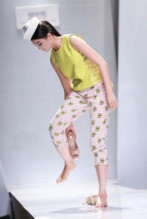 Mẫu nữ xách giày diễn catwalk