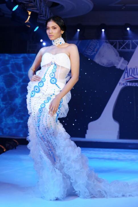 Mẫu Việt gợi cảm trong thời trang lấy cảm hứng từ nước