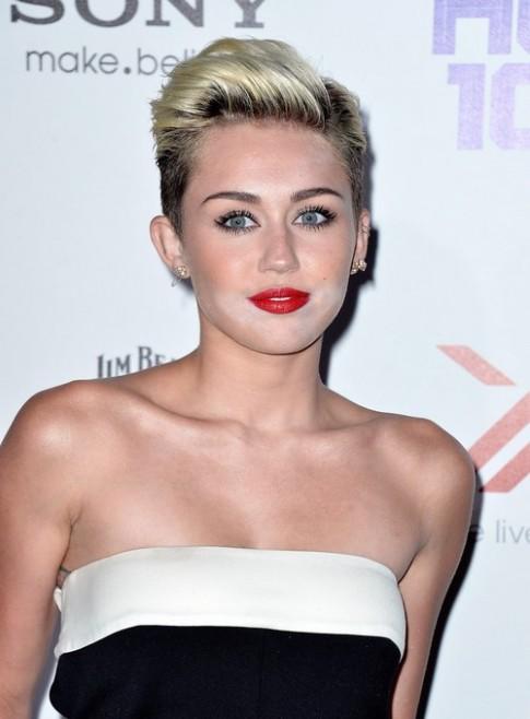 Miley Cyrus mắc lỗi trang điểm