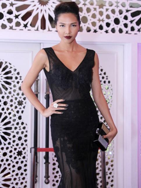 Minh Triệu quyến rũ với váy ren xuyên thấu