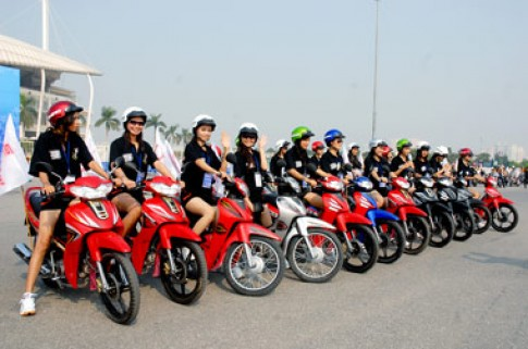 Miss Sports diễu hành với mũ bảo hiểm