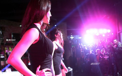 Mồ hôi nước mắt của người mẫu sự kiện Trung Quốc