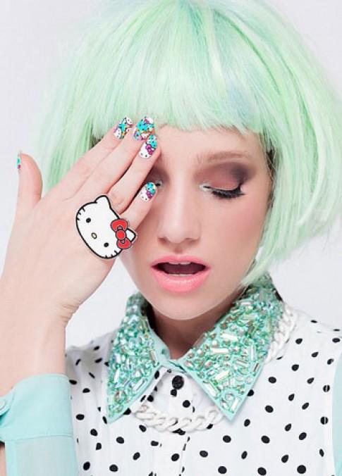 Móng tay Hello Kitty cho ngày cuối tuần rực rỡ