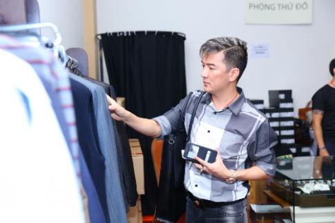 Mr Đàm, Đoan Trang chọn đồ tại tuần lễ hàng hiệu giảm giá