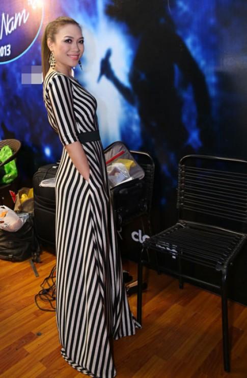 Mỹ Tâm 'ăn gian' chiều cao với váy kẻ sọc