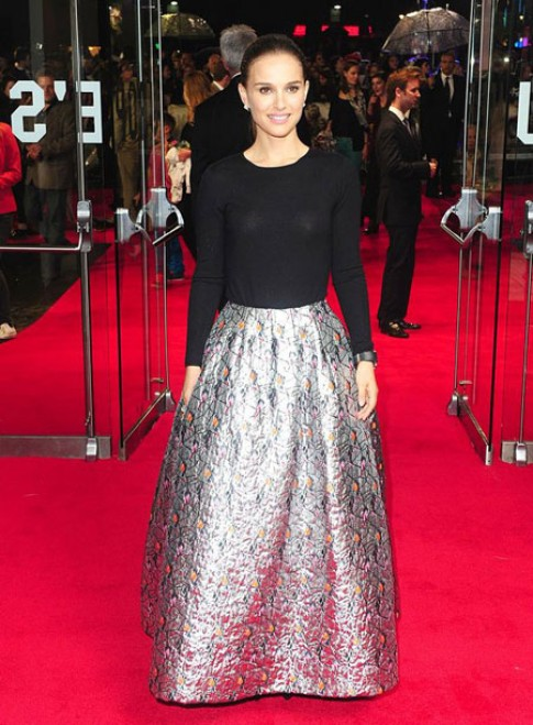 Natalie Portman gây ấn tượng với chân váy bạc