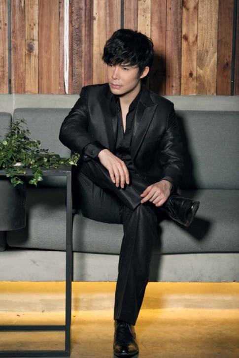 Nathan Lee lịch lãm với vest đen