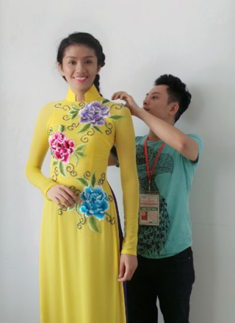 Ngô Nhật Huy chuẩn bị áo dài cho thí sinh Hoa hậu Việt Nam