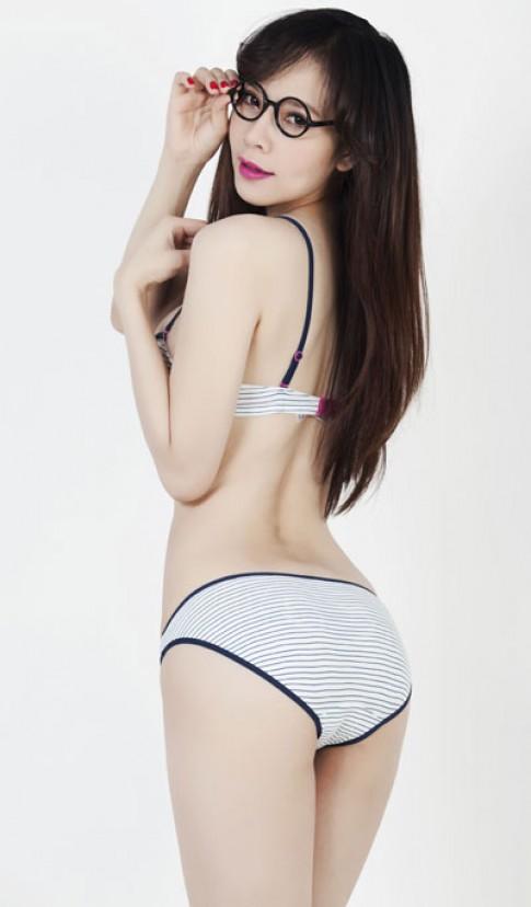 Ngoc Bich khoe duong cong voi bikini du mau