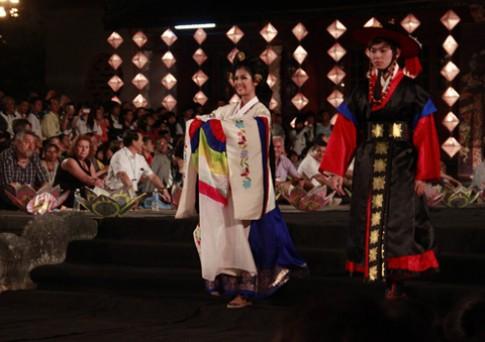 Ngọc Hân đằm thắm với hanbok Hàn Quốc