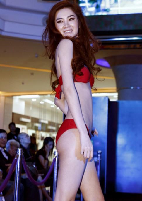 Ngọc Oanh chọn bikini đỏ để tôn làn da trắng