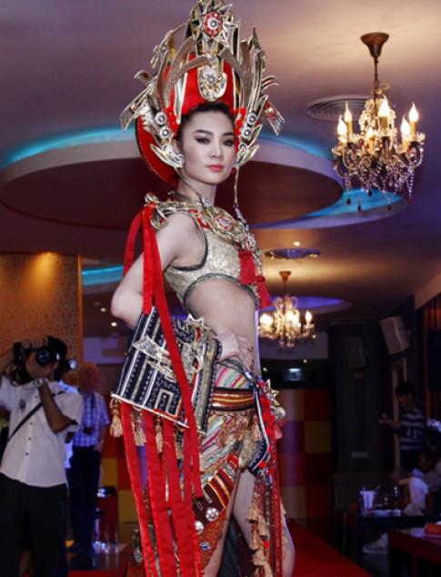 Ngọc Oanh gây ấn tượng với trang phục dân tộc