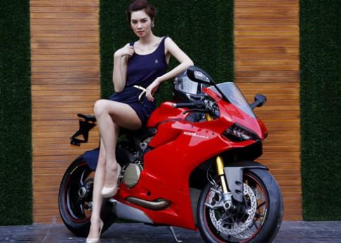 Ngọc Oanh khoe chân thon dài bên siêu môtô