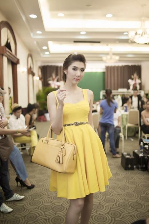 Ngọc Quyên kiêu kỳ với váy vàng đi dự tiệc