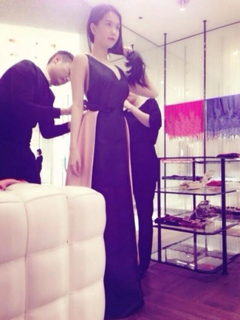 Ngọc Trinh chi gần nửa tỷ đồng mua váy hiệu