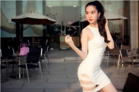 Ngọc Trinh khoe chân thon với váy xẻ