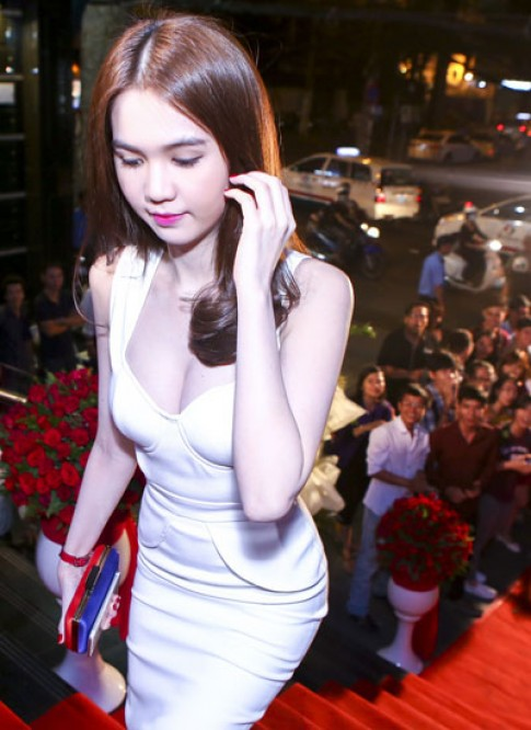 Ngọc Trinh khoe eo thon trong buổi ra mắt dự án phim