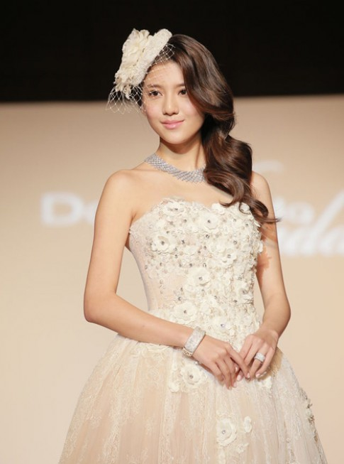 Người đẹp gốc Hoa đua sắc với váy cưới