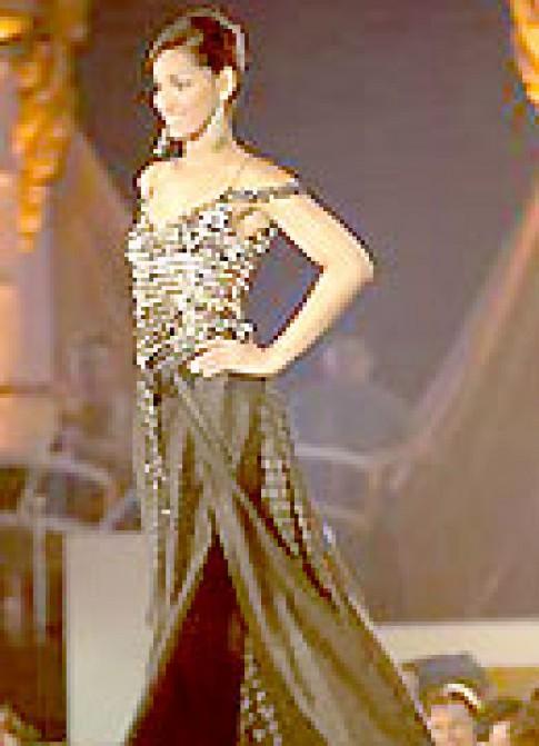 Người đẹp Hoàn vũ 2005 trình diễn thời trang