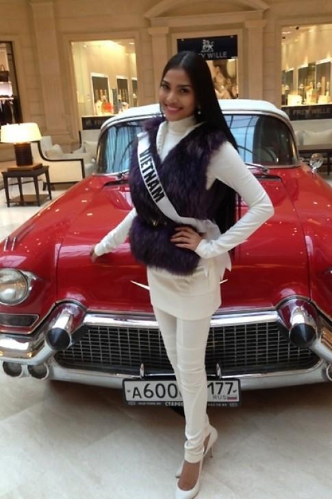 Người đẹp Miss Universe tạo dáng bên xe sang
