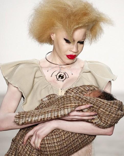 Người mẫu bị chỉ trích vì cho con bú trên sàn catwalk