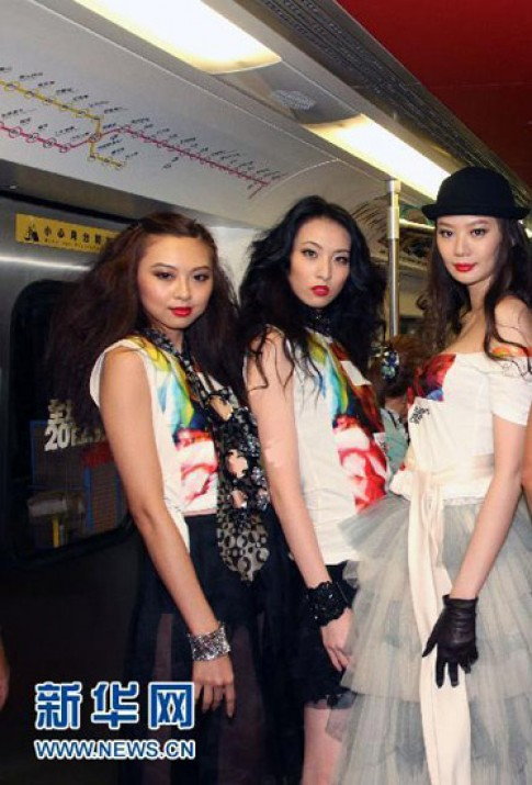 Người mẫu Đài diễn thời trang trên tàu điện ngầm