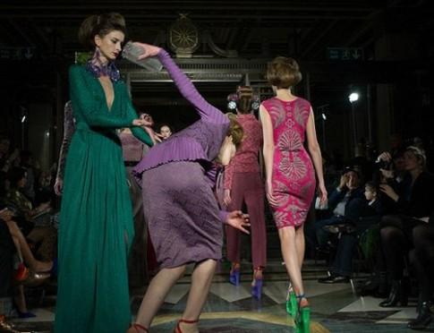 Người mẫu ngã tại Tuần thời trang London