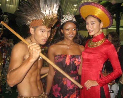 Người mẫu Thế giới rực rỡ trang phục truyền thống