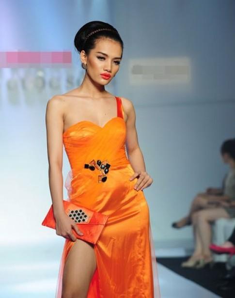 Người mẫu Việt khoe chân dài trong váy xẻ tà