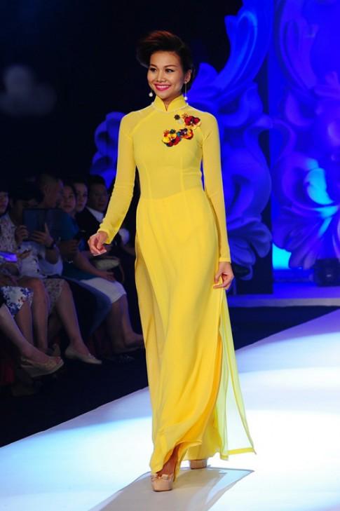Người mẫu Việt quý phái với áo dài Thuận Việt