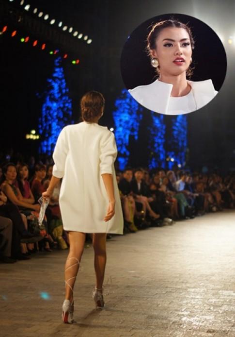 Người mẫu Việt vấp ngã vì giày cao gót buộc dây