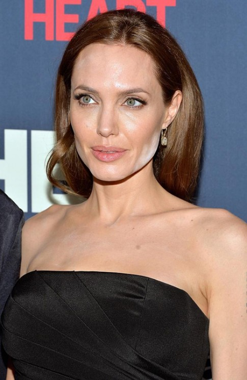 Nguyên nhân khiến mặt Angelina Jolie loang lổ phấn
