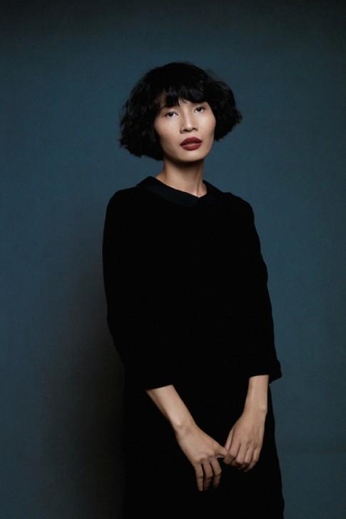 Nhà thiết kế Li Lam biến hóa trong vai trò người mẫu
