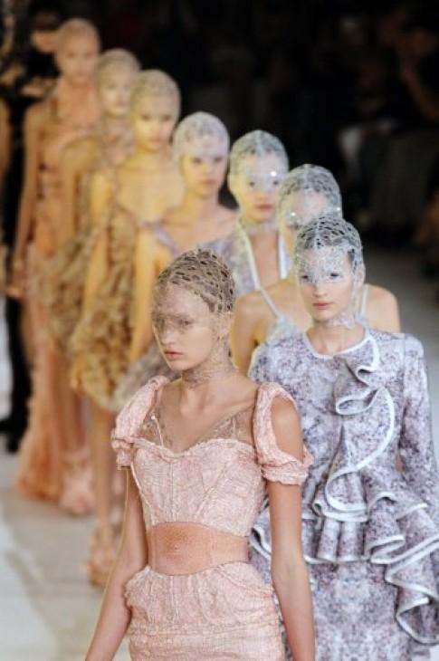 Nhà thiết kế váy cưới của Kate gây choáng ngợp tại Paris
