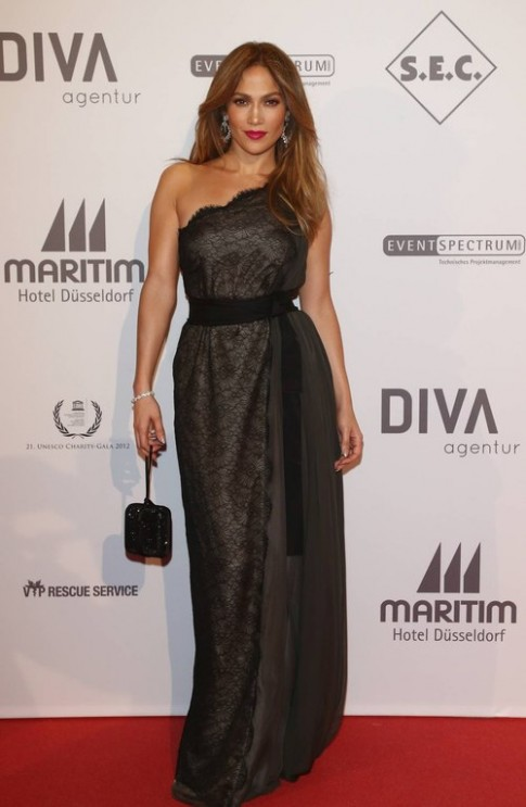 Những chiếc đầm dài khoe đường cong của Jennifer Lopez