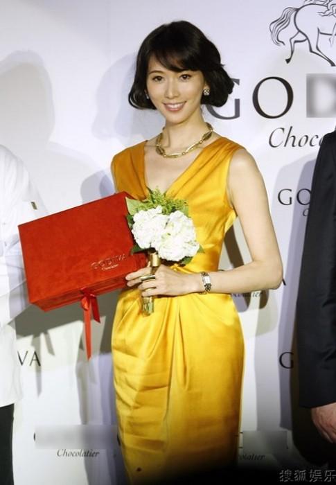 Những chiếc váy vàng quyến rũ của mỹ nhân gốc Hoa