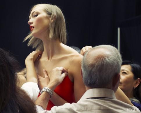 Những góc chụp độc đáo ở hậu trường sàn diễn thời trang