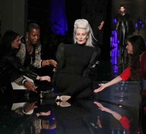 Những khoảnh khắc ngã dúi dụi của người mẫu trên sàn catwalk