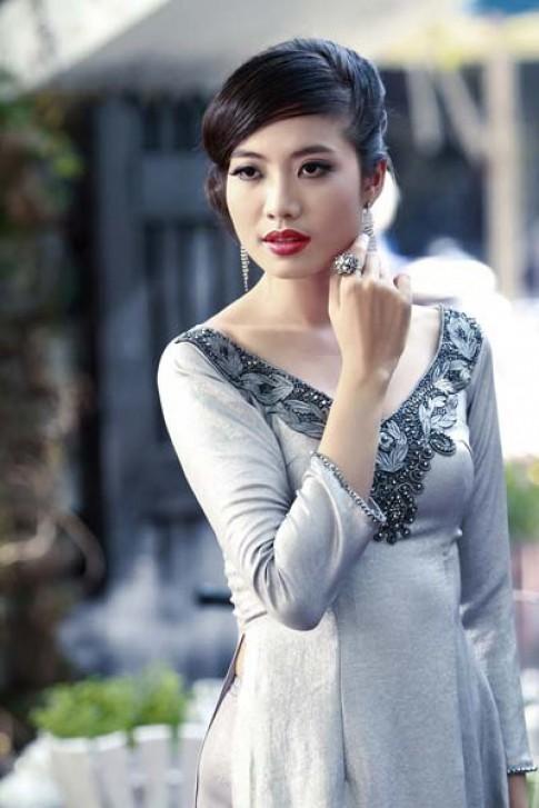 Ninh Hoàng Ngân rạng rỡ với áo dài