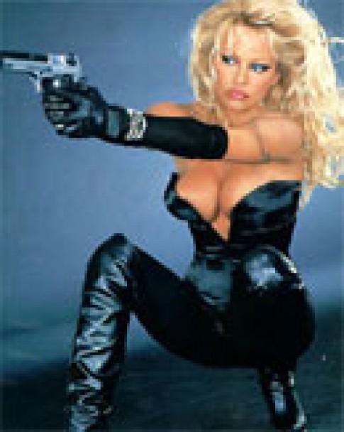 Pamela Anderson bị tấn công trên máy bay