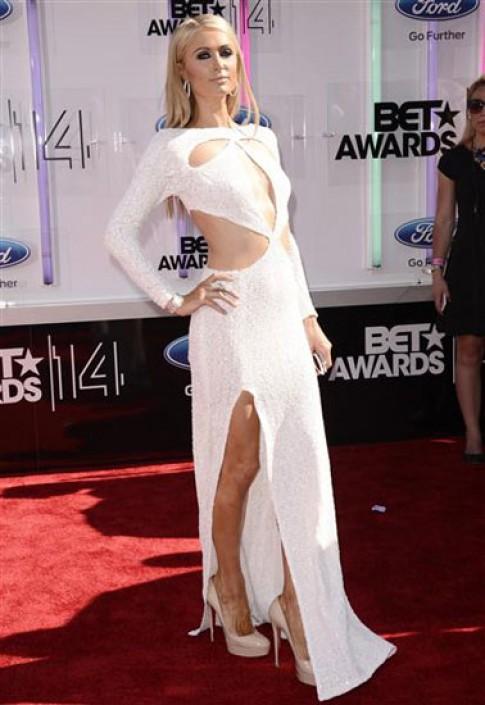 Paris Hilton diện váy cut-out táo bạo
