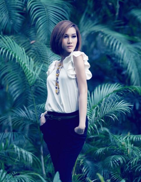 Phạm Anh Thư làm điệu với tóc ngắn