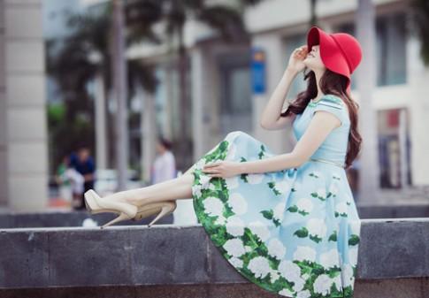 Phạm Anh Thư tươi tắn với váy hoa dạo phố