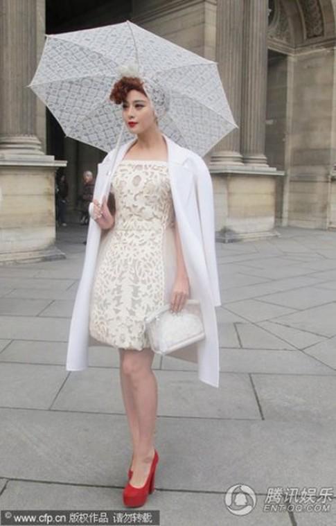 Phạm Băng Băng diện váy 'chụp đèn' ở Paris