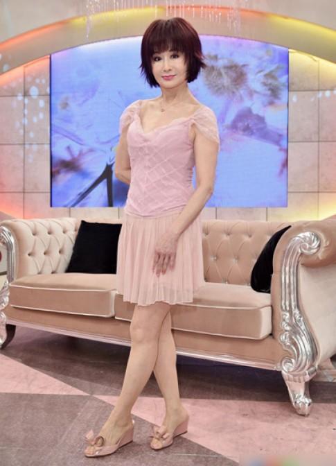 Phan Nghinh Tử gây tranh cãi vì phong cách thiếu nữ ở tuổi 70