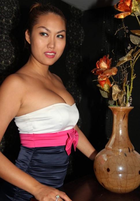 Phi Thanh Vân mặc khiêu khích