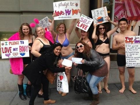 Phụ nữ béo biểu tình ngoài cửa hàng Victoria's Secret