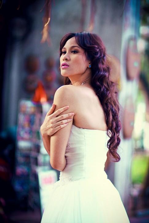 Phương Mai đượm nét buồn khi mặc váy cưới