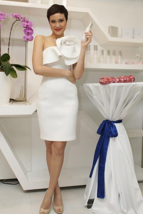 Phương Mai quyến rũ với váy trắng cách điệu